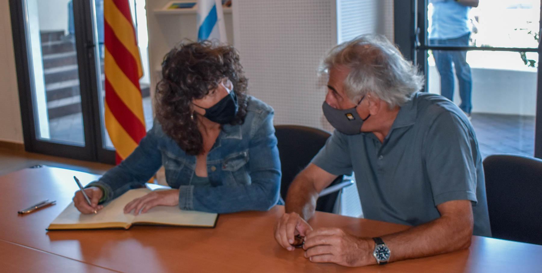 La Consellera Teresa Jordà firma el llibre de visites del Club amb el president Narcís Carreras