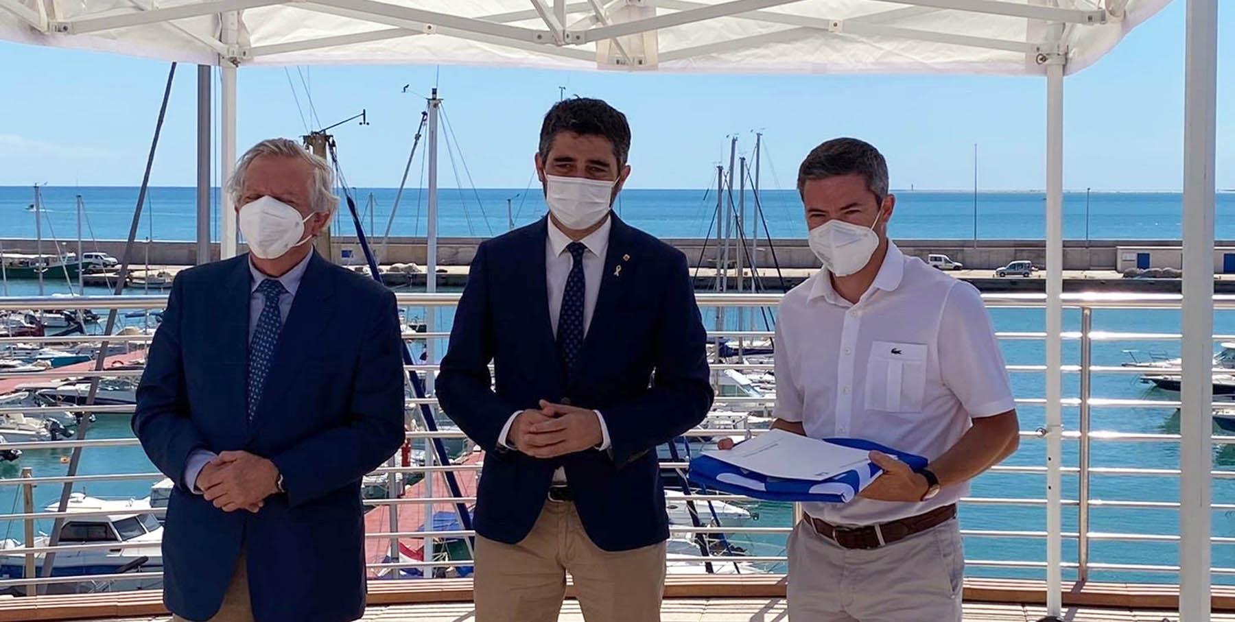 El director gerent del Club Nàutic l'Escala recull la Bandera Blava 2021 a l'Ampolla