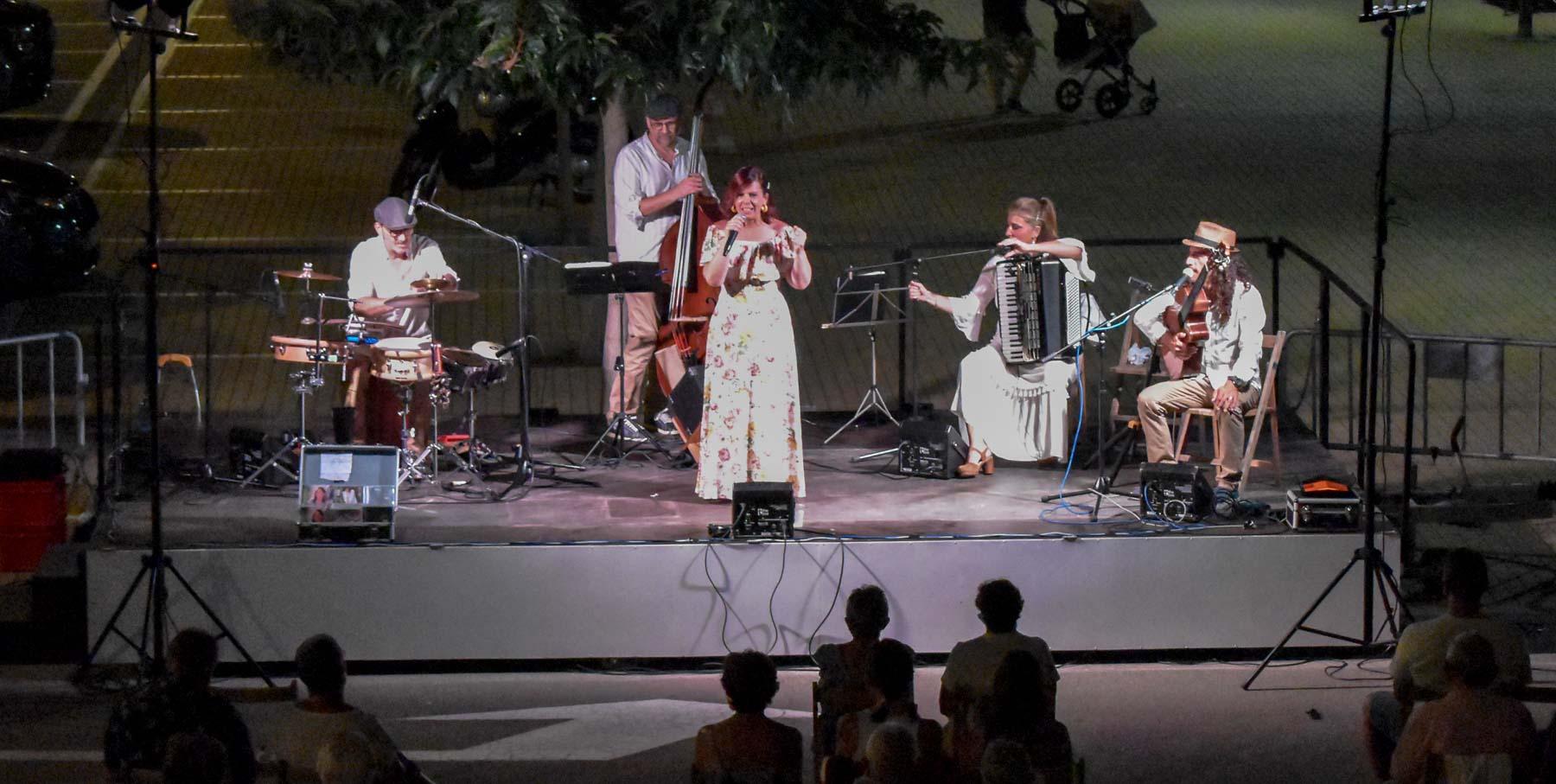 Actuació de la cantant Neus Mar al Concert de Música en Viu de l'Escala