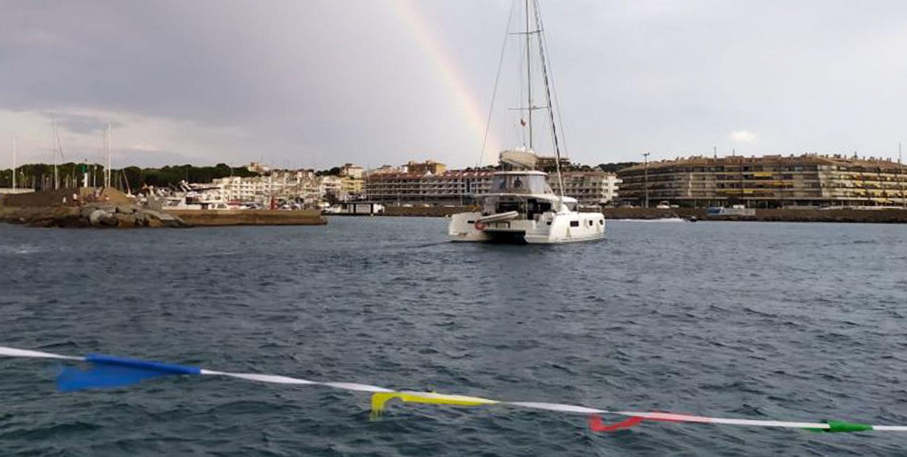 Andreu Pujades, la seva dona i el Salvach a la seva arribada al al Club Nàutic l'Escala