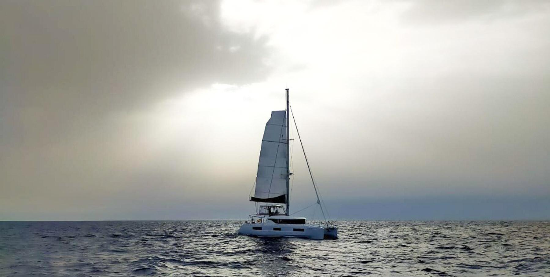 Andreu Pujades i el Salvach en plena travessa de Les Sables d'Olonne al Club Nàutic l'Escala